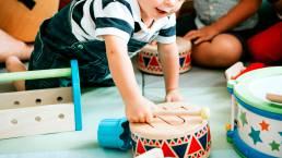 Lapsi musiikkileikkikoulussa